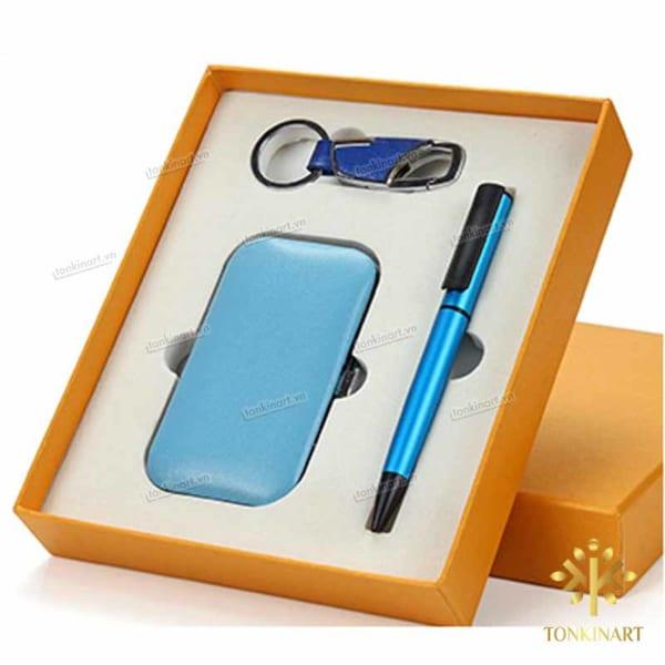 Set: móc khóa, bút, bộ dụng cụ móng tay
