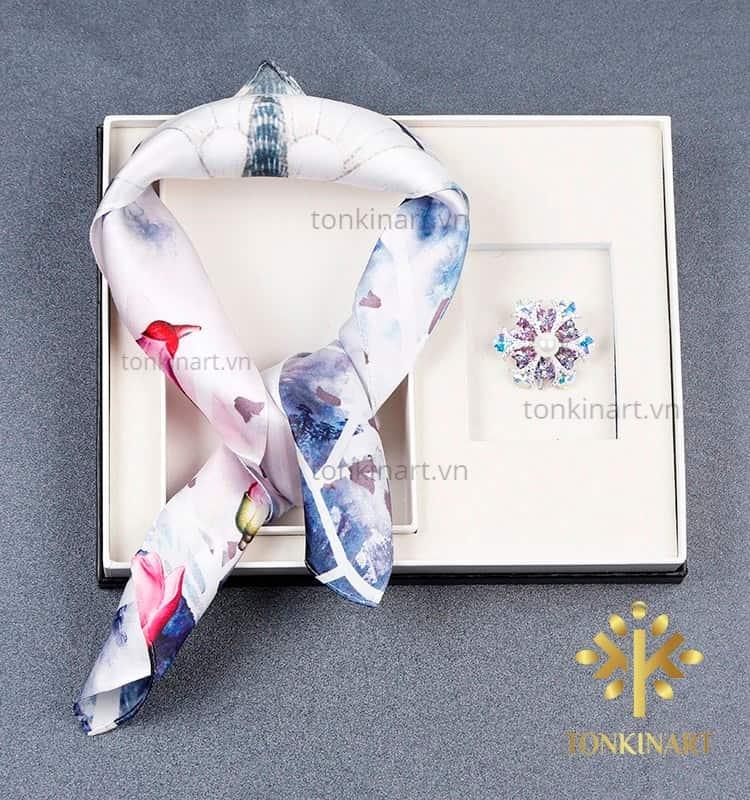set khăn lụa trâm cài vest , set khăn lụa, , set quà tặng nữ, quà tặng cao cấp, quà tặng doanh nhân,
